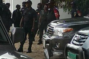 Pointe-Noire : Les policiers conduits par le colonel Itoua Pottos ont investi les lieux pour empêcher les avocats de prononcer l'avis de grève générale suite à l'attestation de Maître Bagne.
