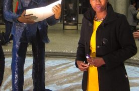 L'artiste sculptrice Rhode Makoumbou a réalisé une oeuvre grandeur-nature d'un personnage historique, Patrice Lumumba