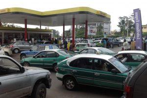 La pénurie de carburant profite aux pompistes et vendeurs ambulants
