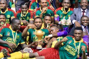 Les Camerounais, vainqueurs de la CAN 2017, posent avec le trophée remis au vainqueur de la Coupe d'Afrique des nations de football. Photo RFI